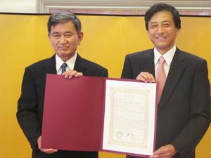 半田俊夫さん(左)と新美ロサンゼルス総領事(カルチュラル・ニュース・フォト)