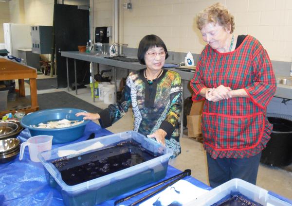 ハンティングトン・ライブリーで染色を教える林節子さん