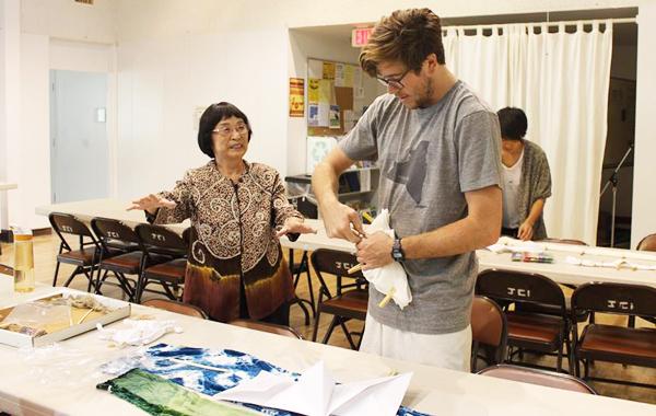 ガーデナJCIで染色を教える林節子さん
