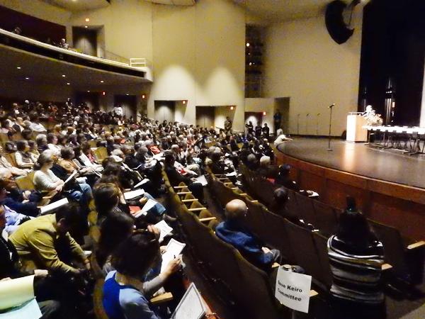 2015年11月23日夜、アラタニ劇場で行われたタウンホール・ミーティング (Cultural News Photo)