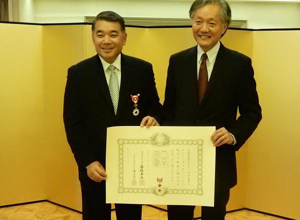 叙勲を受けるテリー・ハラ氏(左)と堀ノ内ロサンゼルス総領事 (Cultural News Photo)
