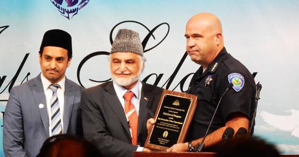 イスラム教団がサンバナディーノ銃撃テロで活躍したサンバナディーノ市警察本部長に感謝をしめす (Cultural News Photo)