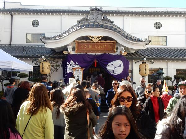 ロサンゼルス・リトル東京の真言宗・高野山米国別院の初詣。2016年1月1日。Cultural News Photo
