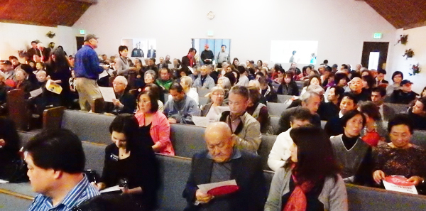 ガーデナの教会に集まった「敬老」売却に反対する人たち