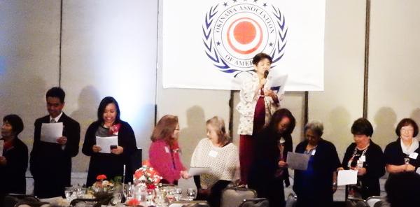 沖縄県人会の2016年新年会、最後の歌「すべての人の心に花を」(Cultural News Photo)