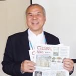 3月号をもつカルチュラル・ニュース編集長、東 繁春(ひがし・しげはる) Cultural News Photo