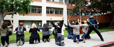 UCLAで発砲事件が起こり、犯人が逃走している情報が広がったため、現場近くにいた学生が警察の検査を受けました。写真=ロイター