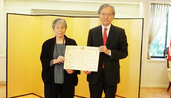 ロサンゼルス総領事館から表彰を受けた坂本安子さんと表彰状をわたした堀之内秀久・総領事(Cultural News Photo)