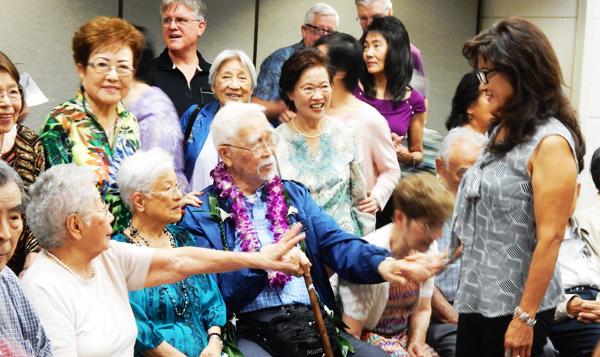 長年、勤務した加州住友銀行のひとたちといっしょに写真を撮るフランク大松さん(中央)Cultural News Photo