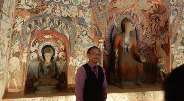 敦煌莫高窟のレプリカに入った西本願寺の開教使、中田和朗先生 (Cultural News Photo)
