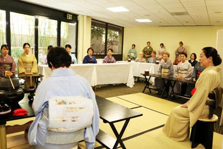 裏千家淡交会ロサンゼルス協会が9月25日に熊本地震義援金のためにリトル東京で、開いた茶会。(写真提供=裏千家淡交会ロサンゼルス協会)
