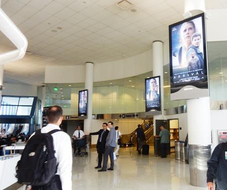 新装したターミナル6のデジタル掲示板に、映画の宣伝で出ていたので、驚きました(Cultural News Photo)