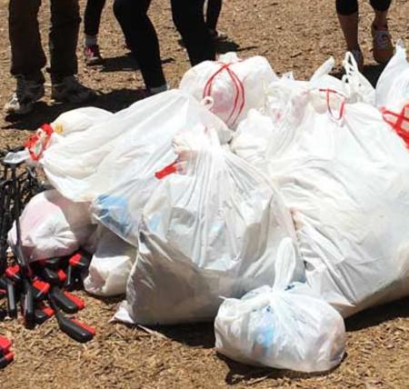 ゴミ拾いハイキングで回収したゴミの入った袋