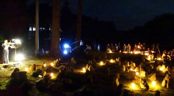 写真 12 =普門寺の五百羅漢と参加者をバイオリンの響きが包む。