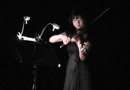 写真 11 =演奏中の梅村真美さん。