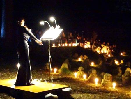 写真 8 =バッハ曲バイオリンの響きを五百羅漢と参加者に届ける。