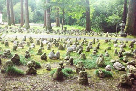 写真 5= 普門寺の境内に置かれている2011年の大津波の犠牲者を悼む五百羅漢石仏。