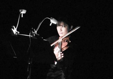 写真 10 = 演奏中の小松智佳子さん。