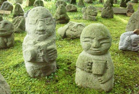 写真 14 = 長谷川さん夫妻の制作によるコーヒーカップ羅漢とカメラ小僧。