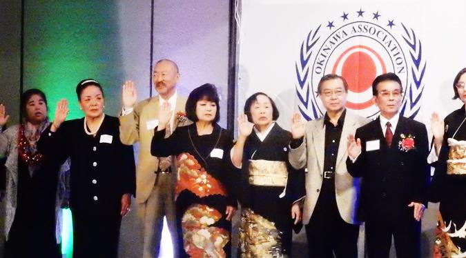北米沖縄県人会(OAA)の役員就任式: 左から3人目が2017-2018会長のエドワード・カミヤさん。(Cultural News Photo)