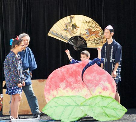 2016年のアリゾナ・マツリで、関サニーさんが披露した「桃太郎」のステージ。これが好評さっらことから、2017年のテーマ「新幹線」ステージを関さんはステージ・ショーにする。