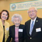 ロサンゼルス名古屋姉妹都市委員会の最古参メンバーのジーン・ツチヤさん(中央)とワインバーグ輝子委員長(左)、アーネスト・ヒダさん(右) (写真提供=LANSCA)