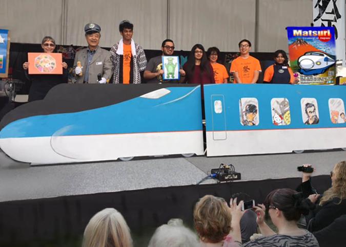 ロサンゼルスの絵本作家、サニー関さんによる「新幹線」プレゼンテーション。アリゾナ州フェニックスのアリゾナ祭りで。(写真提供=サニー関)