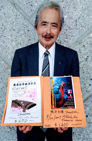 ミカエラカイ・フラメンコ・アカデミーが集めた寄付金は、熊本県庁に送るために、南加・熊本県人会の会長・沖田義邦さんに渡されました。