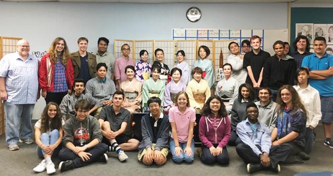 茶道デモンストレーションのあとで、記念撮影をしたホーソン市のダビンチ高校の生徒と裏千家淡交会ロサンゼルス協会の会員