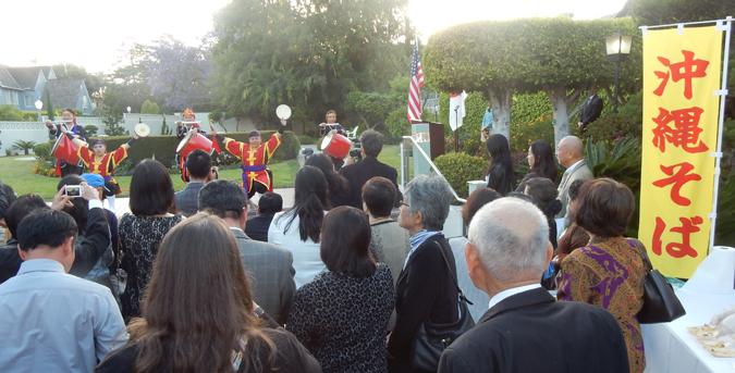ロサンゼルス総領事公邸で5月12日夕刻、行われた「沖縄返還45周年レセプション」。琉球国祭太鼓の演奏と沖縄そばなど沖縄料理のブースも用意されました。(Cultural News Photo)