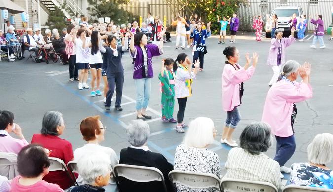 日本語でのケアが受けられる「サクラ・ガーデンズ」= 「敬老引退者ホーム」から「サクラ・ガーデンズ」に変わっても、ロサンゼルスの日本人コミュニティーとの絆は強く「敬老引退者ホーム」の時代からの恒例イベントが続けられています。7月6日には西本願寺ロサンゼルス別院から約30人がサクラ・ガーデンズを訪れ、盆踊りを披露しました。(Cultural News Photo)