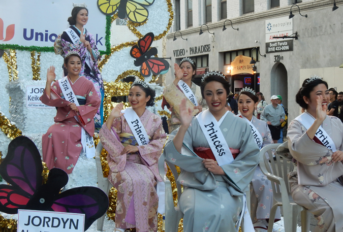 二世ウィーク・グランド・パレードに登場した2017年の二世ウィーク女王とコートたち。(Cultural News Photo)