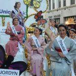 二世ウィーク・グランド・ペレードに登場した2017年の二世ウィーク女王とコートたち。(Cultural News Photo)