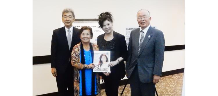 10月19日にロサンゼルスに到着した歌手・八代亜紀さんは、空港からリトルとうきょうのミヤコ・ホテルに駆けつけ、オーロラ基金の記者会見に参加しました。(Cultural News Photo)