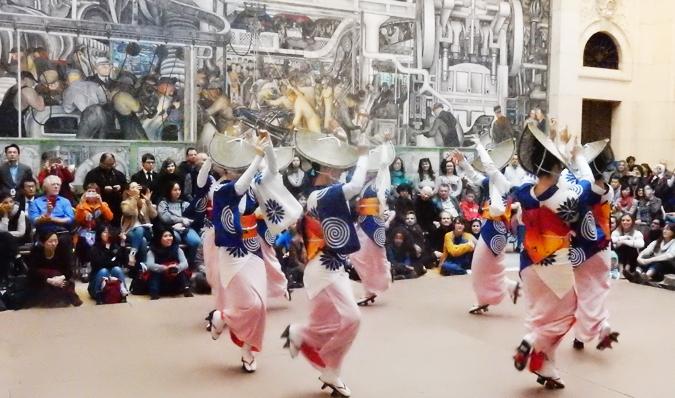 舞踊集団「菊の会」による阿波踊りパレード。デトロイト美術館リベラ・コートで。(Cultural News Photo)