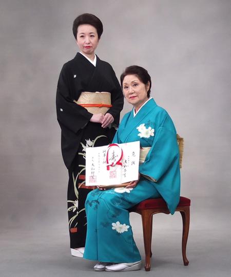 11月6日、東京赤坂の日枝神社で、3代目家元・大和櫻笙(やまと・おうしょう)氏より「大和杏笙」の名前を授与された渡部まりこさん(写真右)。