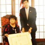 千葉ロサンゼルス総領事から叙勲伝達を受けるプレスさん。(Cultural News Photo)