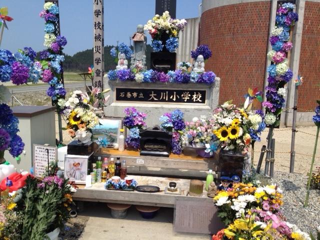 女川小学校前の慰霊碑