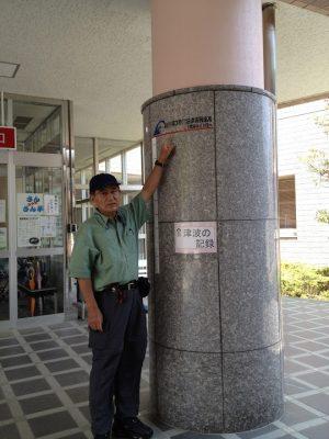 高台の女川町立病院にまで津波が来た。指し示しているのが津波の水位。