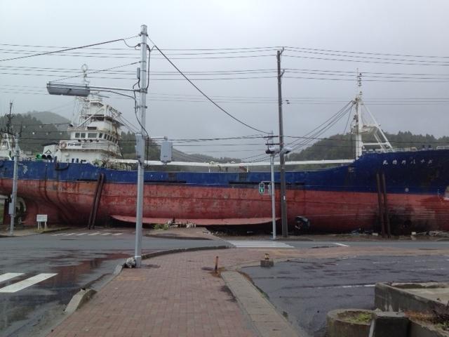 気仙沼市街地に打ち上げられた大漁船