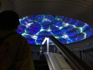 MOA美術館:幻想的なエレベータ乗り継ぎロビーへ (Photo by Toshio Handa)