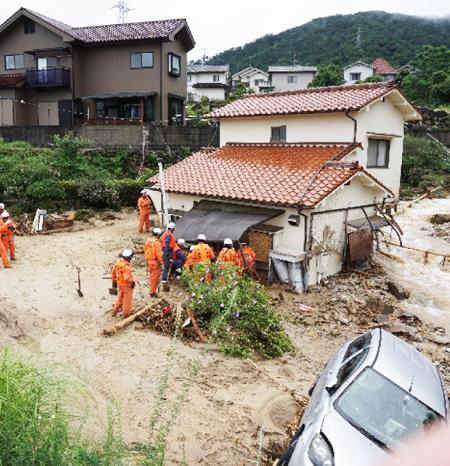 7月7日、救出活動をする広島市消防局(写真発表は総務省消防庁)