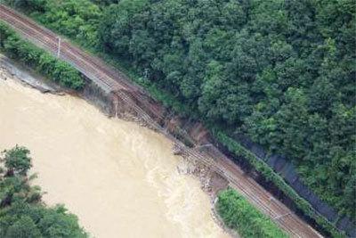 盛土が流失した山陽本線の本郷ー河内間、2018年7月7日、撮影。(画像:JR西日本)