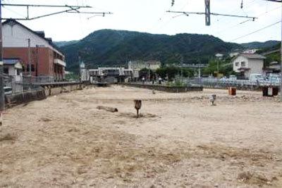 土砂が堆積した山陽本線の瀬野駅の構内、2018年7月9日、撮影。(画像:JR西日本)