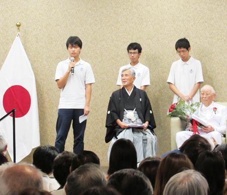 日系史を勉強しているロサンゼルスの西大和学園の中学生が質問をした。(Cultural News Photo)