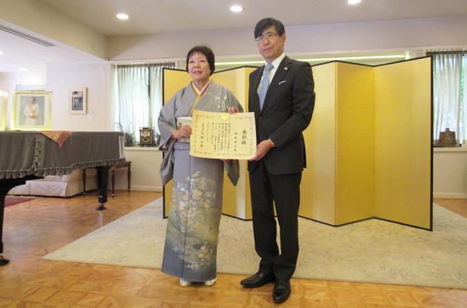 外務大臣表彰を受けた脇田孝子さんと千葉明・ロサンゼルス総領事(Cultural News Photo)