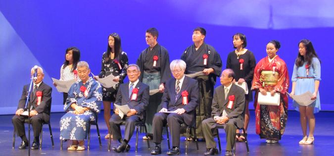 日本文化を学ぶための奨学金を受けた2018年の受賞者(後列)と授賞式で祝辞を述べた来賓(前節)('Cultural News Photo)