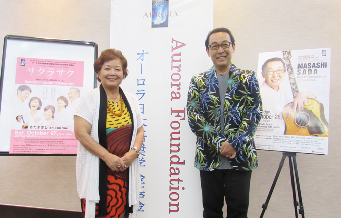募金コンサートのために10月25日に、ロサンゼルスに到着したさだ・まさしが主催のオーロラ基金・理事長の阿岸明子さんとリトル東京のホテルで記者会見した。(Cultural News Photo)