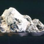 雪が積もった山に見立てた石(ニナ・ラゲル所蔵)