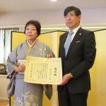 外務大臣表彰を受けた脇田孝子さんと千葉明・ロサンゼルス総領事 (Cultural News Photo)